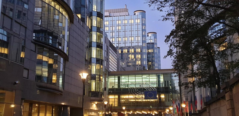 Euroopan parlamentti Brysselissä iltavalaistuksessa syksyllä 2020 - FinUnions