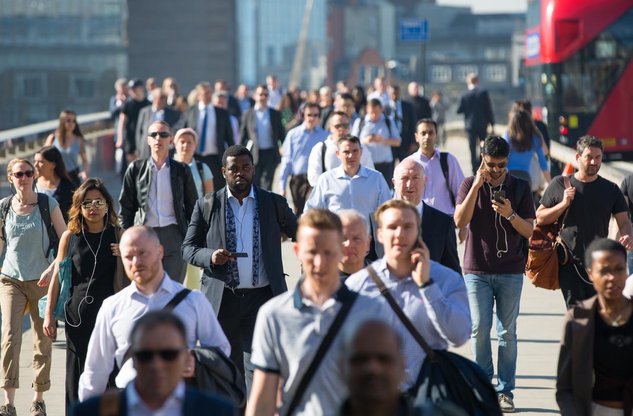 Toimistotyöntekijöitä ylittämässä London bridge -siltaa Lontoossa. Kuva: iStock