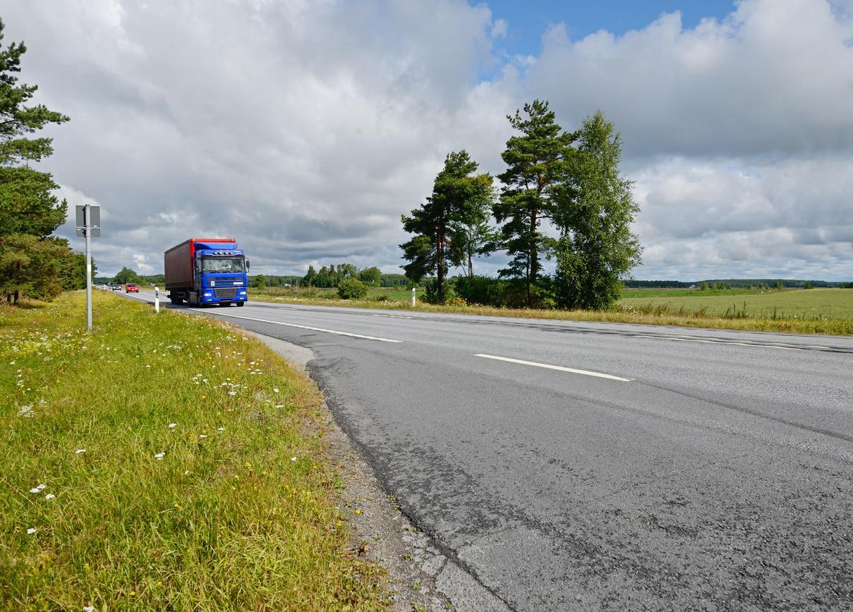 Rekka-auto Suomessa kesäisellä tiellä
