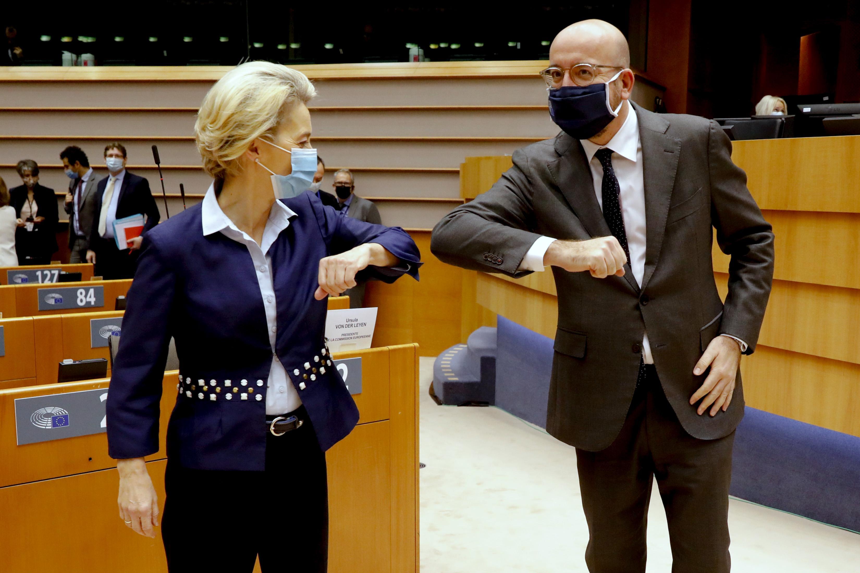 Komission puheenjohtaja Ursula von der Leyen ja Eurooppa-neuvoston puheenjohtaja Charles Michel Euroopan parlamentissa 16. joulukuuta 2020.