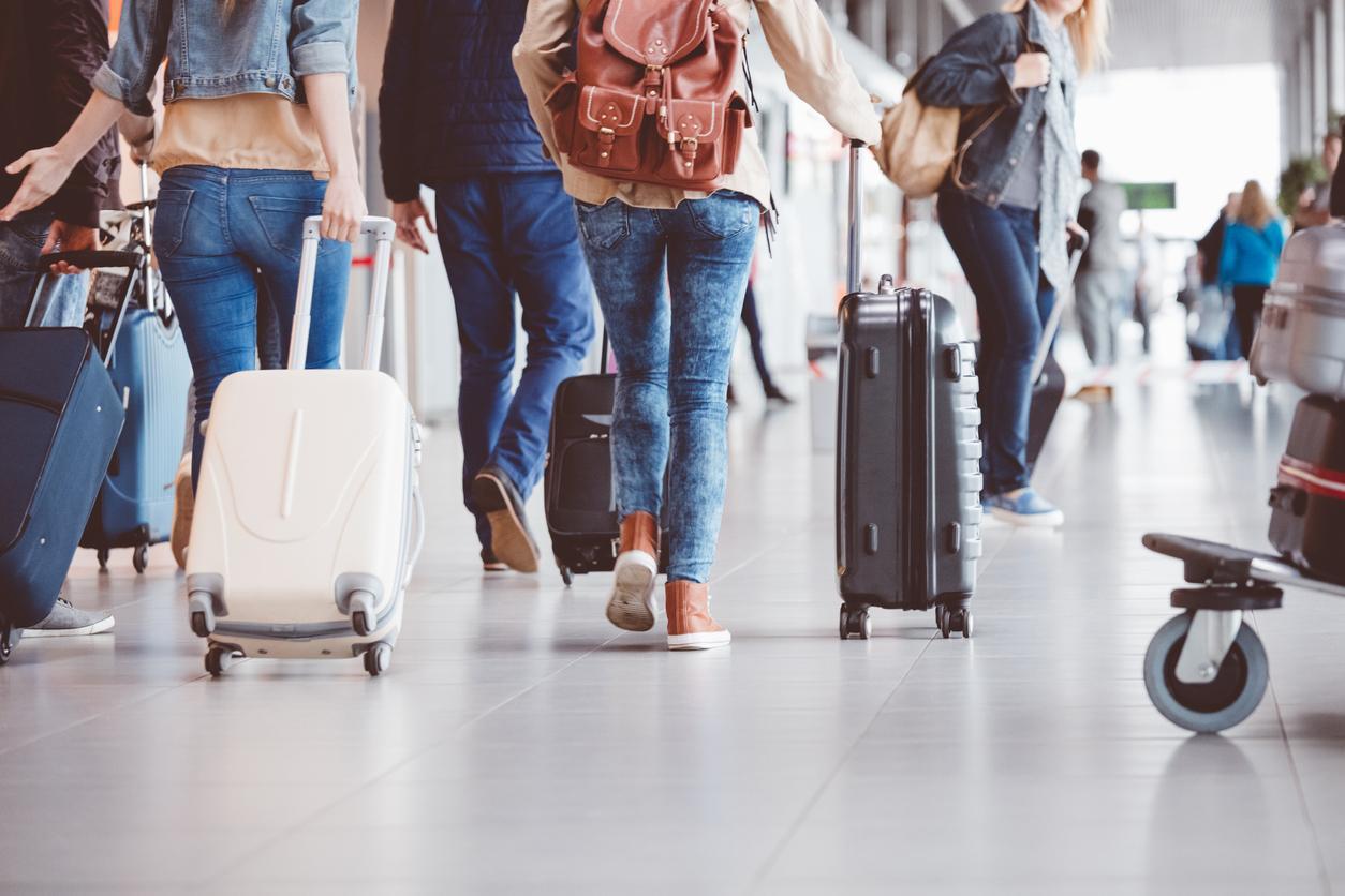 Matkustajia kävelemässä lentokentän terminaalissa