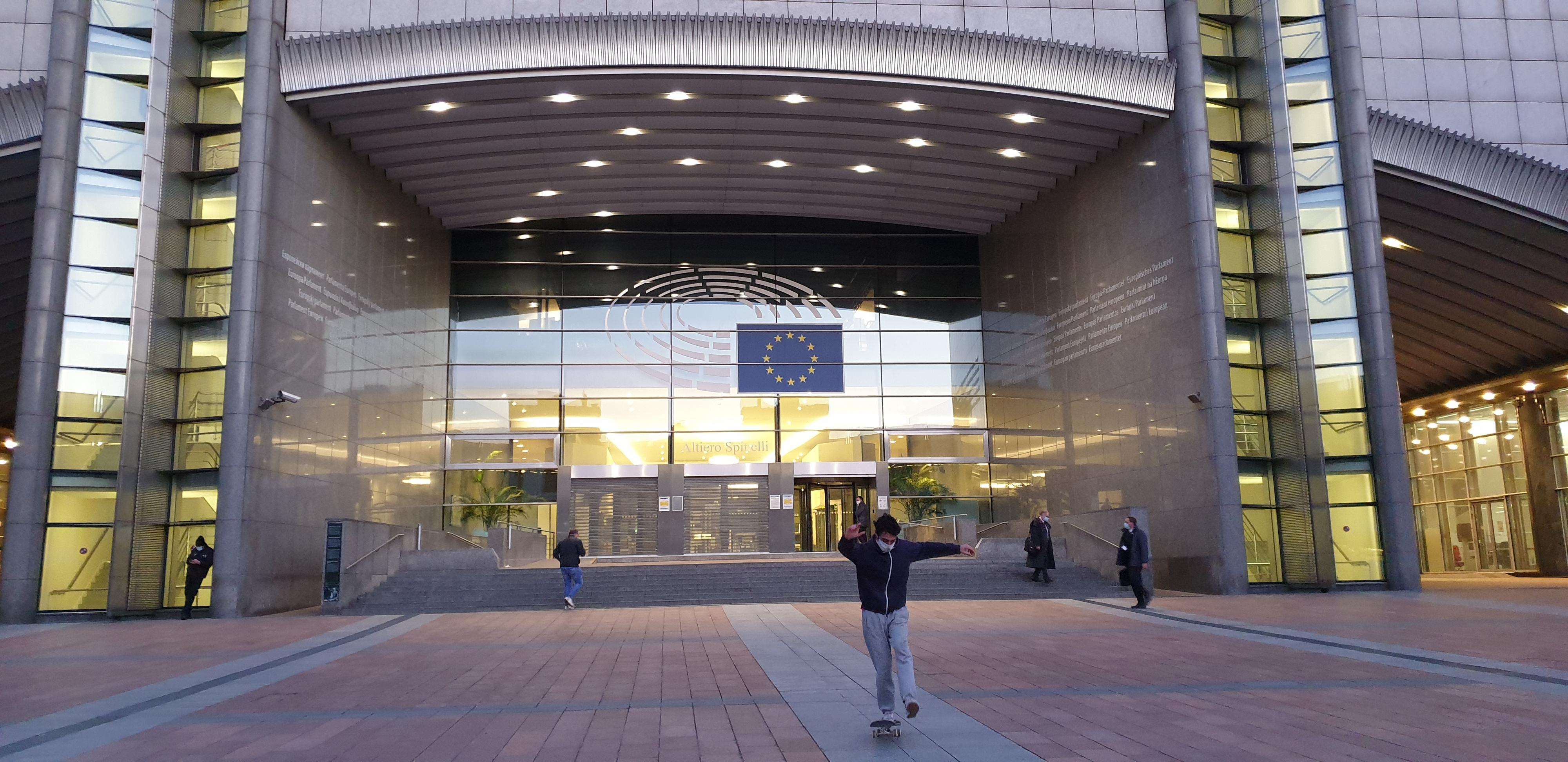 Yksi Euroopan parlamentin sisäänkäynneistä Brysselissä. Kuva: FinUnions