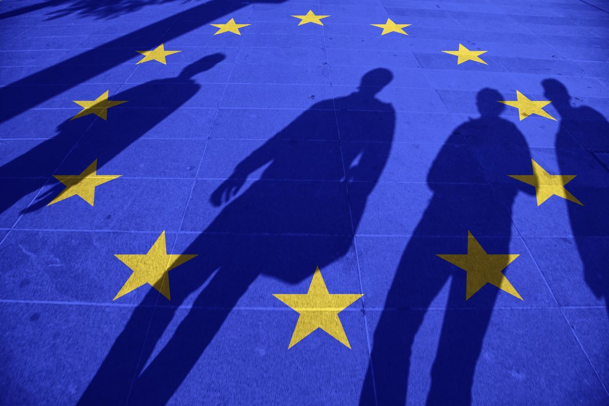 Varjoja heijastuneena katuun maalatun EU-lipun päälle.