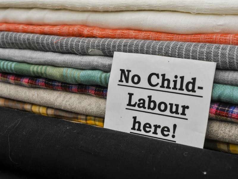 Kangaspakkoja ja teksti No Child Labour here