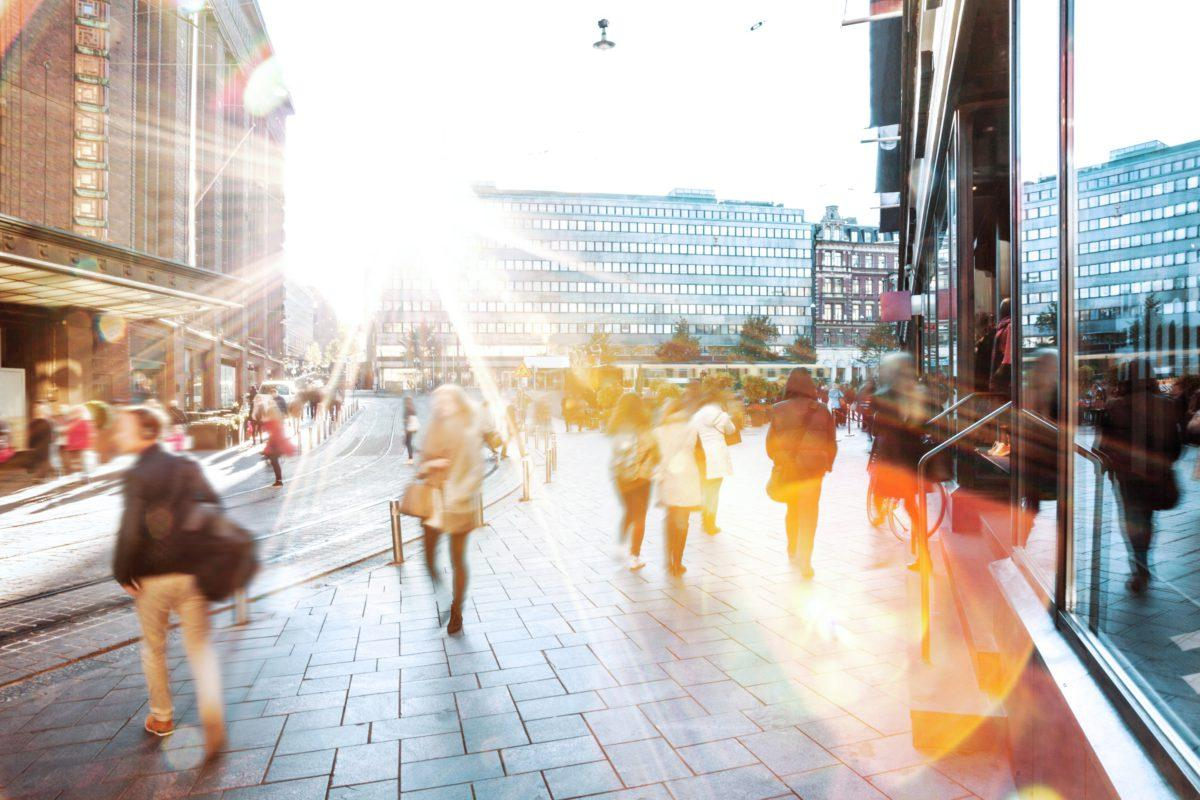 ihmisiä kadulla Helsingissä